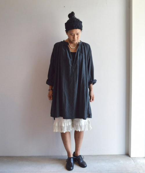 Antique Smock : ¥60,000+tax Antique Necklace : ¥22,000+tax Shoes : ANATOMICA