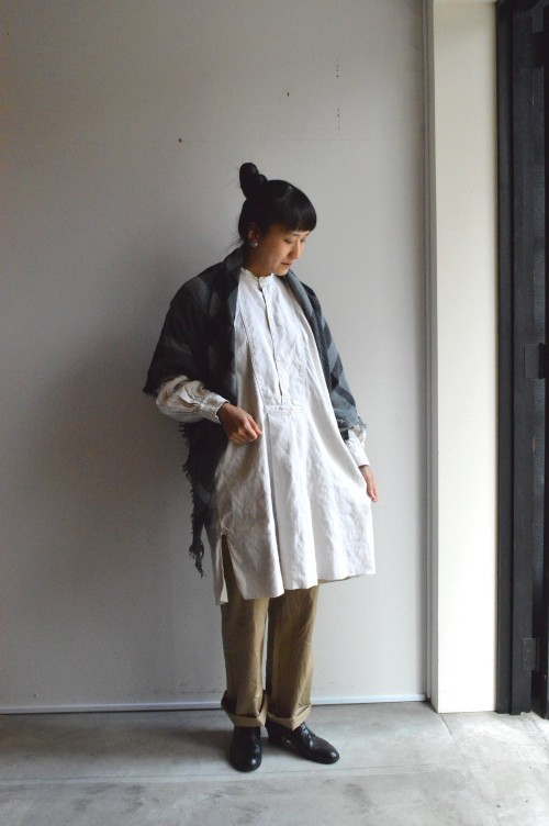 Stole : Forme D'expression ¥32,000+tax Bottoms : Greece Army Chino Pants ¥9,800+tax Earrings : Vintage Trifari ¥16,800+tax