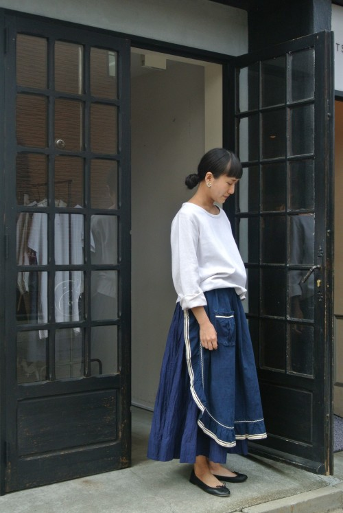 Apron : Antique Indigo Tablier ¥17,000+tax Earrings : Trifari ¥18,000+tax Shoes : repetto ¥34,000+tax (Skirt : Khadi&Co →Arch Heritage Womens)