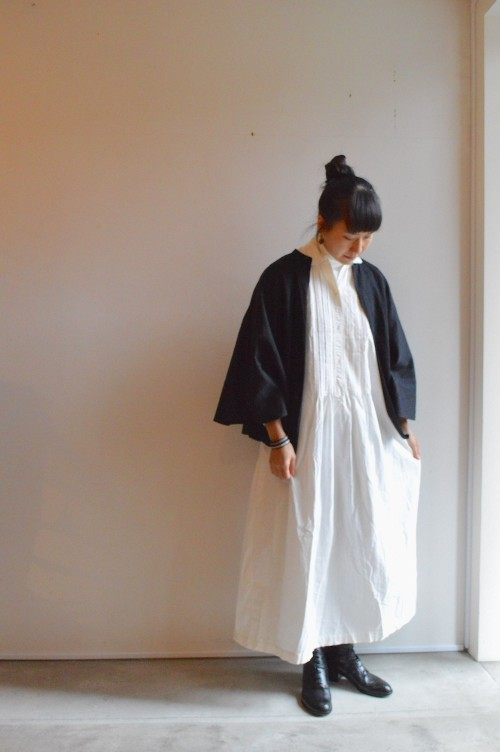 Dress : Antique (genre) Manteau : Antique Shoes : ANATOMICA