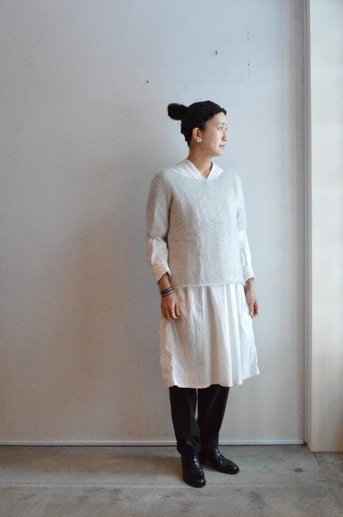 Knit : TENNE HANDCRAFTED MODERN ¥28,500+tax Antique Blouse : ¥32,000〜 Bottoms : Colenimo ¥48,000+tax