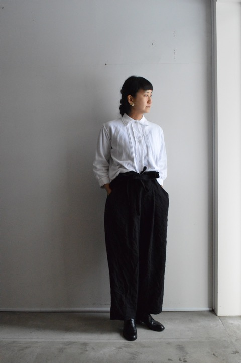 Blouse : Antique ¥34,000+tax Bottoms : Forme D'expression ¥95,000+tax