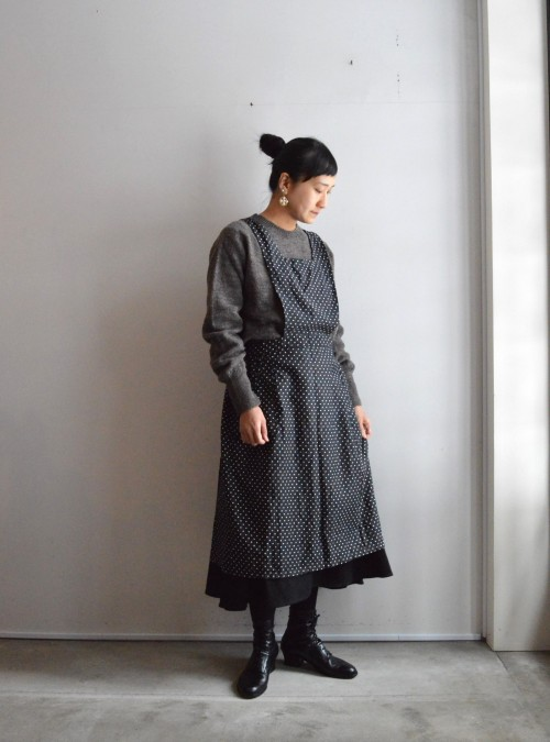 Sweater : ¥21,000+tax Apron : Vintage ¥23,000+tax Skirt : Forme D'expression ¥75,000+tax Earrings : Vintage Miriam Haskell ¥42,000+tax