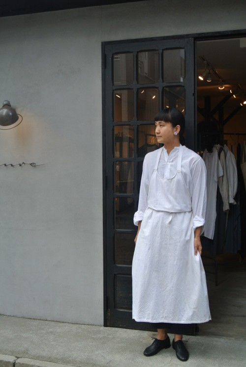Shirts : Vintage Dress Shirts ¥25,000+tax Apron : British Army ¥18,000+tax Pants : Royal Navy ¥13,800+tax Shoes : repetto ¥36,000+tax Earrings : Miriam Haskell ¥35,000+tax