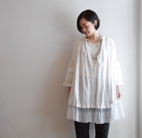 Antique Church Smock (Dead Stock) : ¥78,500+tax Pants : Forme D'expression ¥79,000+tax Earrings : Vintage Miriam Haskell ¥35,000+tax