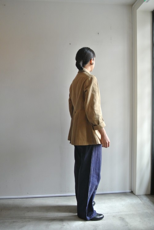 スタッフ山本(162㎝) Jacket : Antique ¥58,000+tax Shoes : ANATOMICA Earrings : Vintage Miriam Haskell ¥35,000+tax